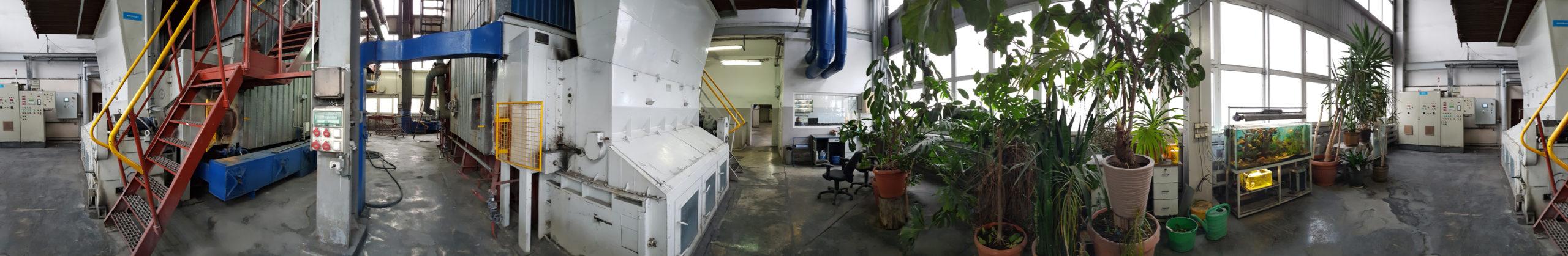 Zdjęcie panoramiczne wnętrza budynku ciepłowni.