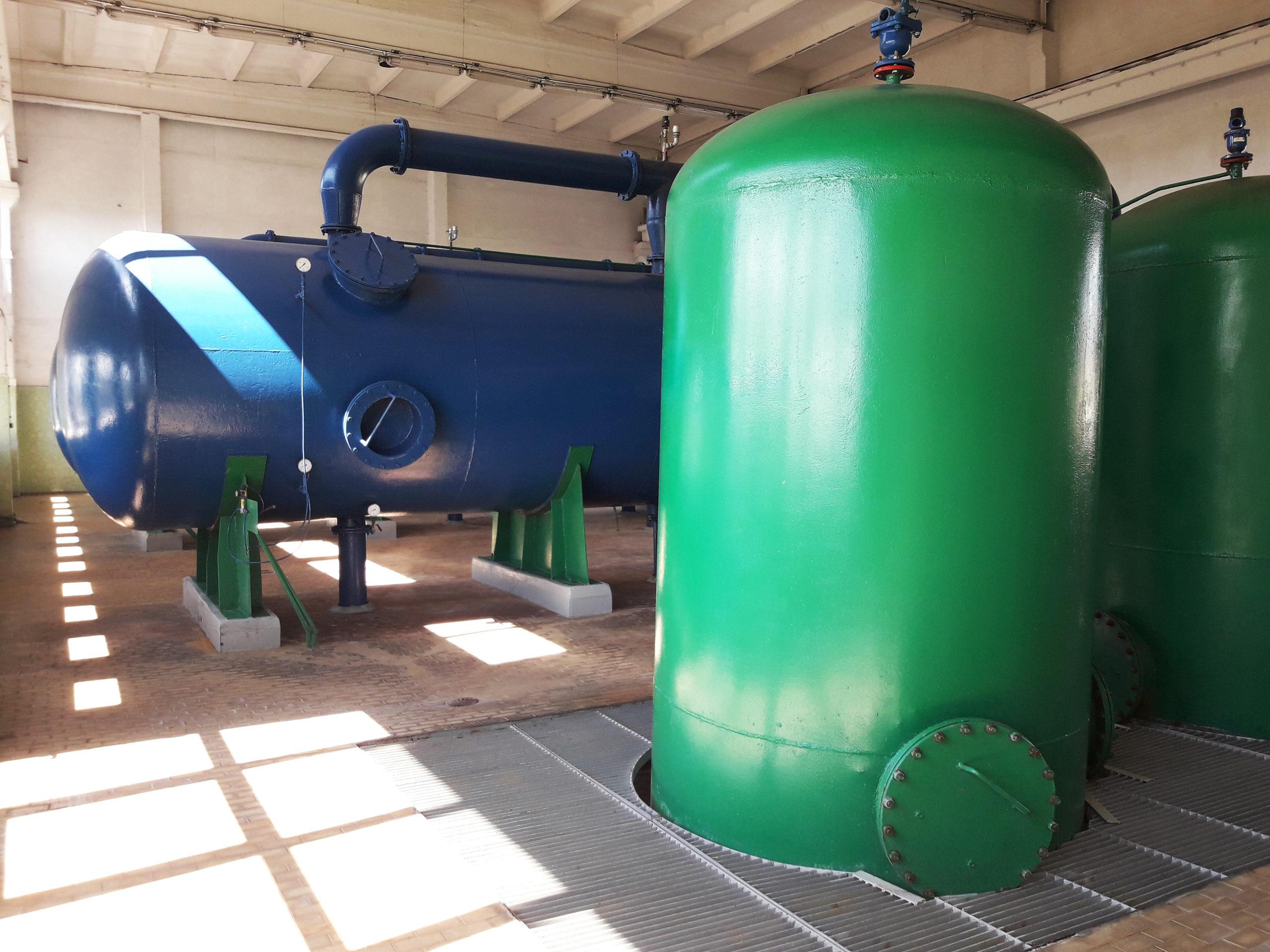 Zdjęcie - infrastruktura pracująca wewnątrz stacji uzdatniania wody.