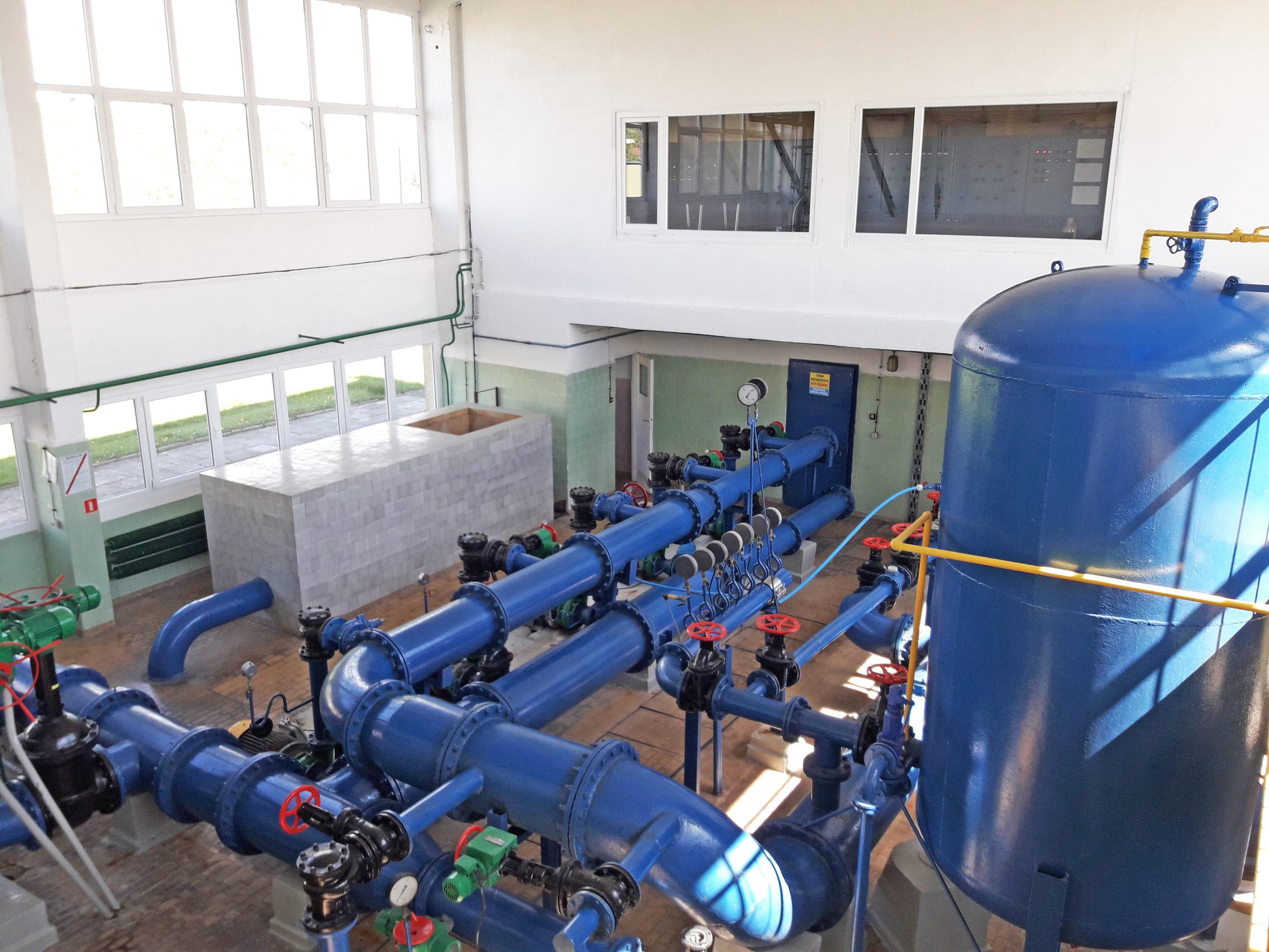 Zdjęcie - infrastruktura ZCiW. stacja uzdatniania wody wewnątrz.